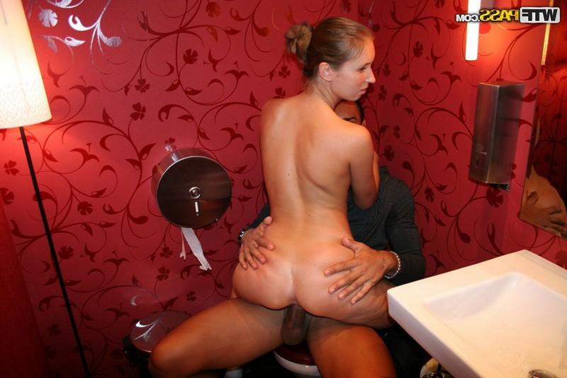pornuha-so-zreloy-v-tualete